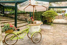 Triciclo de champanhe Perrier-Jouët decorado com flores ( Foto: João Coelho | Flores: Monica Rezende )