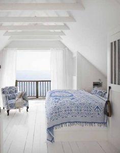 Camera vista mare - Luminosa camera da letto stile marina nelle tonalità del blu e del bianco.