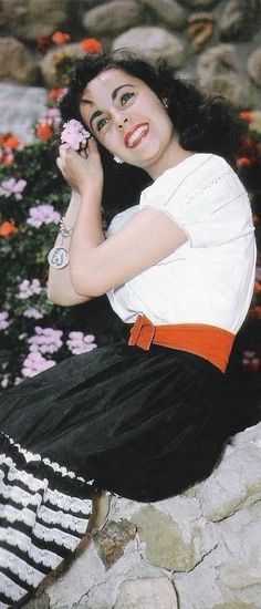 Elizabeth Taylor - love her summery peasant inspired outfit here. #vintage #actresses #fashion