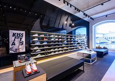 Nike Moscow continues the company's commitment to transform sport retail through digitally connected experiences. Shoe Store Design, Retail Store Design, Visual Merchandising, Nike Retail, Nike Shoe Store, Clothing Store Displays, Retail Interior Design, Layout, Branding