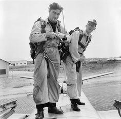 """De retour d'une mission dans le secteur de Diên Biên Phu, deux membres d'équipage du GB (Groupe de Bombardement) 1/25 """"Tunisie"""" quittent un bombardier Douglas B-26C Invader sur la base de Cat Bi. La casquette américaine bicolore, bleue et jaune, est caractéristique de cette unité, à la différence de la casquette rouge du GB 1/19 """"Gascogne"""". Date : Mars 1954"""
