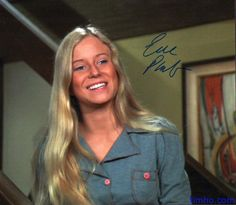 Love her Top with pink buttons and pockets and white frosted eyeshadow - Eve Plumb / Jan Brady : ) Old Tv Shows, Best Tv Shows, Favorite Tv Shows, Eve Plumb, Robert Reed, Maureen Mccormick, The Brady Bunch, Amy Poehler, Popular Girl
