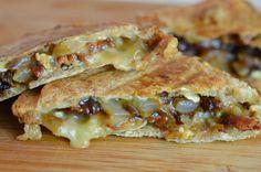 - 4 tranches de pain de mie - 80g de brie - 2 oignons - 1 cuillère à café de sucre en poudre - 1 cuillère à soupe de vinaigre de vin - 8 tranches de bacon - un peu d'huile d'olive