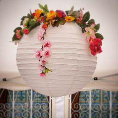 Farol  decorado con  flores.