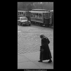 Křižovatka u Národního divadla (353) • Praha, 1959 • | černobílá fotografie, Národní třída, dlažba, tram, auta, koleje |•|black and white photograph, Prague|