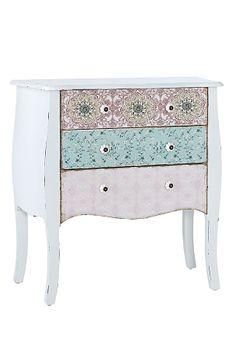 159e Romanttinen yöpöytä, jossa levenevät jalat ja kuluneen näköinen viimeistely. 3 laatikkoa, joissa painettu kuvio. Posliinivetimet. MDF-levyä ja mäntyä. Koko 75x37 cm. Korkeus 76 cm. Toimitetaan koottuna.<br><br>