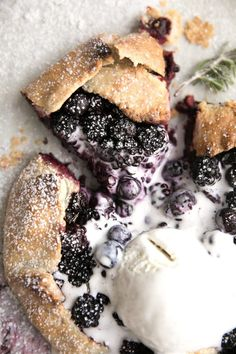 Rustic Blackberry and Blueberry Galette. Fresh juicy blackberries and blueberries and hints of fresh rosemary make this Rustic Blackberry and Blueberry Galette a recipe worth repeating- over and over and over again.Rustic Blackberry and blueberry Gal Köstliche Desserts, Delicious Desserts, Yummy Food, Blackberry Dessert Recipes, Strawberry Rhubarb Recipes, Blackberry Pie, Blueberry Recipes, Blueberry Galette, Apple Galette