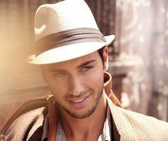 O chapéu masculino trilby fez tanto sucesso que ganhou várias novas adaptações.