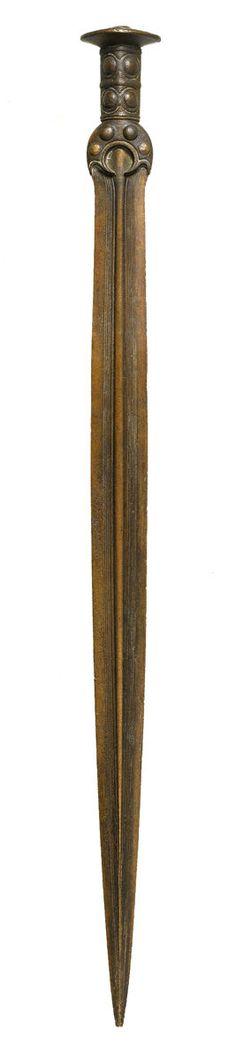 Mænd gik med sværd. Mandens fornemste genstand var sværdet. Det blev det vigtigste våben og mandens følgesvend igennem hele bronzealderen. Sværdet var ikke blot et våben til kamp, det var et kendetegn for høj rang. Også spyddet og lansen var vigtige våben, men de angav ikke status på samme måde som sværdet. Der er fundet mange sværd fra bronzealderen i Danmark. Sværd blev givet med som gaver i rige mandsgrave, og et sværd kunne også bruges som offer til de guddommelige magter, som havde…