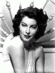 Dicen los que tuvieron la suerte de conocerla, que Ava tenía una belleza sobrecogedora de tan perfecta; miraban deleitados un rostro, que parecía no ser de este mundo de tan hermoso que era. Era u…