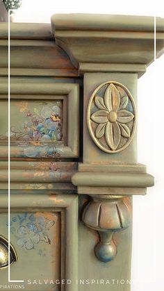 HOW TO LAYER PAINT AND PRODUCTS TO ACHIEVE THIS GORGEOUS SPANISH MOSS LAYERED VINTAGE DRESSER MAKEOVER! 😍 #siblog #salvagedinspirations #spanishmoss #layeringpaint #layeringchalkpaint #chalkpaint #paintedfurniture #dixiebellepaint #paintingfurniture #furniturepainting Green Painted Furniture, Paint Furniture, Furniture Makeover, Furniture Refinishing, Layer Paint, Spanish Moss, Dixie Belle Paint, Vintage Dressers, Stencil Designs