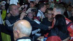 Schweinsteiger posa para selfie com torcedora . Alemanha chega a Porto Alegre e retribui recepção calorosa de torcida Delegação desembarca na cidade no fim da noite deste sábado e é recebida no hotel por cerca de 100 fãs. Jogadores mostram simpatia, posam para fotos e dão autógrafos (Foto: Sergio Gandolphi)