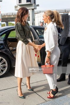 Eva Kruse, President and CEO, Global Fashion Agenda welcomes Mary, Crown Princess of Denmark on arrival at Day Two of the Copenhagen Fashion Summit 2019 at DR Koncerthuset on May 2019 in Copenhagen, Denmark. Princesa Mary, Crown Princess Victoria, Crown Princess Mary, Princess Sofia, Copenhagen Style, Copenhagen Denmark, Denmark Fashion, Prince Frederik Of Denmark, Danish Royalty