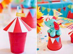 Uma dica legal para tornar uma festa de circo mais infantil é usar papelaria de festa e alguns brinquedos fofos para enfeitar a mesa de doces.