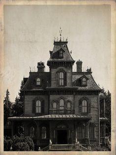 Old Phantom Manor photo - Disneyland Paris Gothic Mansion, Gothic House, Haunted Mansion, Victorian Gothic, Victorian Homes, Creepy Houses, Spooky House, Abandoned Houses, Old Houses