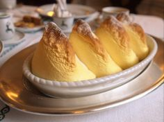 Les Salzburger Nockerl seraient un dessert du 17e siècle pensé par Salomé Alt, la maîtresse du prince-archevêque Raitenau de Salzbourg, qui lui donna 15 enfants. Ce soufflé représente les trois sommets enneigés de la ville (le Mönchsberg, le Kapuzinerberg et le Gaisberg). Aujourd'hui, c'est une des