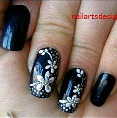uñas negras + flores blancas ❤