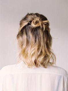 joli chignon cheveux court, des cheveux courts ondulés et demi chignon bun