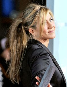 "Whether it's the ""Rachel"" layered hairstyle that made her follicle-famous in 1995 or her fresh bob from November Jennifer Aniston has sealed her fate as a Hollywood hair icon. Take a look at the nearly two decades worth of hairstyles of the famous Friend. Side Fringe Hairstyles, Ponytail Hairstyles, Straight Hairstyles, Party Hairstyle, Medium Hairstyle, Layered Hairstyles, Hairstyle Ideas, Jennifer Aniston Haar, Jennifer Aniston Hairstyles"