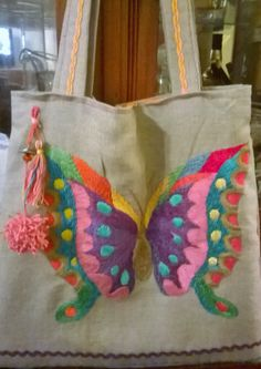 bolso bordado a mano MARIPOSA! consultas anatmina@gmail.com i love this bag! go mexican embrodery! Cushion Embroidery, Silk Ribbon Embroidery, Hand Embroidery Designs, Embroidery Stitches, Butterfly Bags, Potli Bags, Mexican Embroidery, Jute Bags, Beautiful Bags