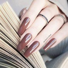 Unhas marrom: inspirações incríveis para você adotar a cor