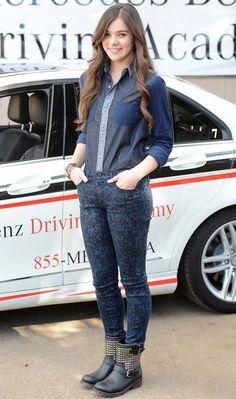 Hailee Steinfeld arrasou na combinação fashion e confortável da calça estampada + camisa jeans + bota com tachinhas!   Hailee Steinfeld - Look do dia - Outubro de 2012 - CAPRICHO