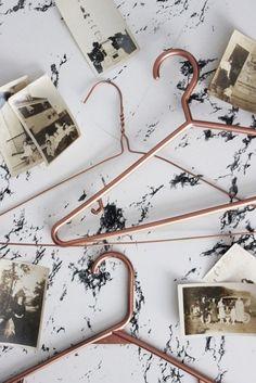DIY Copper Hangers, tutorial via Poppytalk Copper Crafts, Copper Decor, Boutique Interior, Lampe Vertigo, Diy Clothes Hangers, Diy Hangers, Plastic Hangers, Copper Spray Paint, Copper Hangers