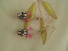Des boucles d'oreilles fait de billes de métales et de perles de verres!