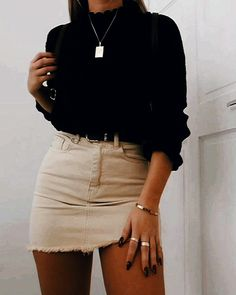 Süßer schwarzer Pullover mit Biege Minirock - Ropa Tutorial and Ideas Rock Outfits, Spring Outfits, Winter Outfits, Preppy Outfits, Cute Casual Outfits For Teens, Cute Outfits With Skirts, Mini Skirt Outfits, Black Mini Skirt Outfit, Black Sweater Outfit