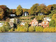 Wohnhäuser mit Klinkerfassade am Ufer der Elbe in Nenstedten