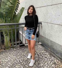 Looks básicos para testar esse final de semana Saia jeans, cinto preto, blusa preta de manga longa e tênis chunky sneakers. Cute Summer Outfits, Cute Casual Outfits, Girl Outfits, Fashion Outfits, Trendy Fashion, Style Fashion, Fashion Ideas, Jean Skirt Outfits, Denim Skirt