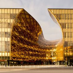 スウェーデンのショッピングセンターの急カーブしたエントランス 「人々を中に引きこむ」と建築家が語る