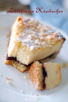 ein zauberhafter Käsekuchen vom Lande mit leckerer Vanillecreme und Beerenkonfitüre