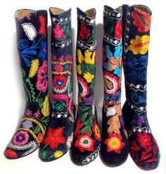 Trachtenstiefel im Folklore Stil, Trachtenschuhe schwarzer Velour mit buntem Allover Stick, nicht nur zum Dirndl PantoffelDIVA, http://www.amazon.de/dp/B00HSIDH5C/ref=cm_sw_r_pi_dp_4XMytb09G9CDR