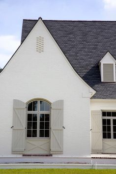 Exterior Paint Color Combinations - Room for Tuesday Exterior Paint Color Combinations, Exterior Paint Colors For House, Paint Colors For Home, Exterior Colors, Exterior Design, Modern Exterior, Stucco Colors, Traditional Exterior, Painted Brick Exteriors