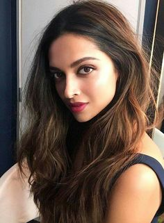 Deepika Padukone is an attractive Bollywood actress. Men love Deepika, but it's not just her talent or her beauty. Read on to find the reasons why men love her. Indian Hair Highlights, Indian Hair Color, Indian Hair Care, Long Indian Hair, Indian Beauty, Best Hair Colour, Indian Makeup, Color Highlights, Hair Colours