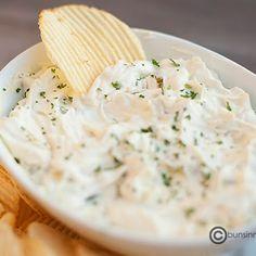 Picar 1/2 a 1 taza de pepinillos en trozos muy pequeños.Combine el queso crema y la salsa Worcestershire hasta que estén bien mezclados. Vierta un poco de jugo de pepinillos para diluir la salsa. Servir frío o a temperatura ambiente con papas fritas.