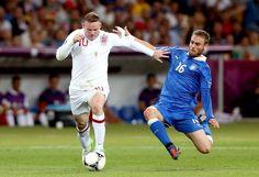 Mano-o-manoEngland's Wayne Rooney (L) fends off Italy's Daniele De Rossi rough challenge at Olympic Stadium.