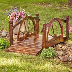 This decorative wagon wheel bridge adds a touch of charm to your yard and provides a place where you can pause to enjoy the beauty of your landscape. Reclaimed Wood Projects, Diy Pallet Projects, Garden Projects, Pallet Ideas, Recycled Wood, Amazing Gardens, Beautiful Gardens, Diy Garden Furniture, Furniture Projects