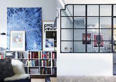 Ta pofabryczna przestrzeń została zaadaptowana na potrzeby młodej pary. Po pięciu latach mieszkania na przedmieściach Kopenhagi w domu pełnym schodów, Julie i jej partner mieli dość zbędnych podziałów przestrzeni. W lofcie jedynymi barierami są szklane ścianki. Dzięki temu przestrzeń wydaje się jesz