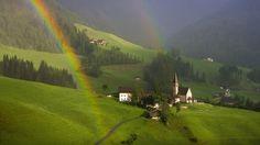 オーストリアのチロルの村虹 レインボー 自然 高解像度で壁紙