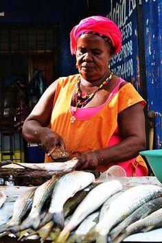 Vendedora de pescado en la plaza del mercado publico de Cartagena de Indias - Colombia.