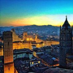 Bologna by night (San Petronio, Piazza Maggiore, Palazzo D'Accursio, San Pietro, Torre di Altabella) panorama dalla Torre Prendiparte - Instagram by sklero63