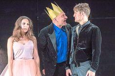 Prinzessin Lena(Natalja Joselewitsch) sieht angesichts des Königs Peter (Frank-Peter Dettmann, M.) und ihres Bräutigams Leonce (Bálinth Tóth) nur mäßig glücklich aus.