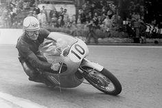 Mike Hailwood on the Honda wins the 1961 Isle of Man Lightweight TT race Motorcycle Racers, Moto Bike, Racing Motorcycles, Biker Accessories, Honda Motors, Fru Fru, Super Bikes, Road Racing, Vintage Racing
