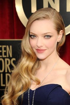 Gorgeous waves over one shoulder look beautiful on Amanda Seyfried (SAG Awards 2013)
