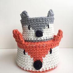~Cestinhos Raposa~ em laranja e cinza! Basket Weaving, Painted Rocks, Lana, Crochet Baby, Projects To Try, Fox, Beanie, Crafty, Knitting