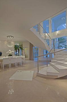(De Designer de Interiores e Paisagista Iara Kílaris) Escada Em Curvas, Living Room Modern, Home Living Room, Pent House, Modern Staircase, Staircase Design, Loft Design, House Design, Art Decor
