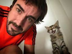 Two-time Formula 1 World Champion driver Fernando Alonso is aging like a fine Spanish jamón plus he likes cats! Ricciardo F1, Daniel Ricciardo, F1 Racing, Drag Racing, Gp F1, F1 2017, F1 Drivers, For Your Eyes Only, Alonso