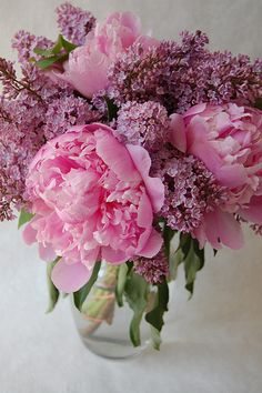 Table arrangements of Peonies & Lilacs / beautiful stylish bouquet / pink flowers / floral inspiration / spring decoration Beautiful Flower Arrangements, My Flower, Fresh Flowers, Flower Power, Pink Flowers, Beautiful Flowers, Purple Peonies, Pink Purple, Draw Flowers
